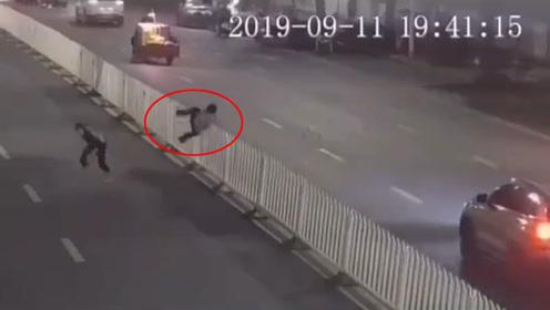 点赞!广西南宁一名辅警15秒数次跨栏 成功抓获嫌犯
