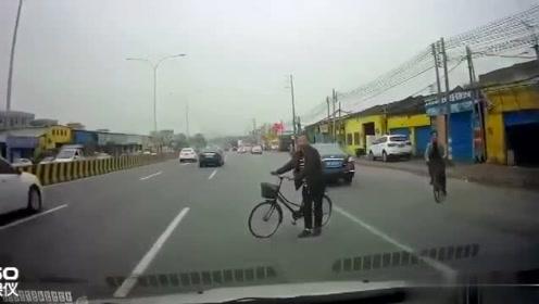 开车遇上这样的人,就算是4车道,你也要当心!