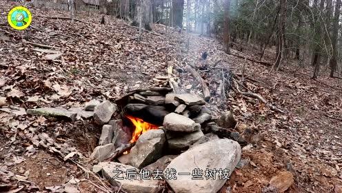 野外如何生存呢?外国小哥用石头搭烤箱,烤出的面包有嚼劲