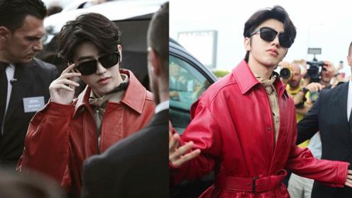 蔡徐坤首次征战时装周 红色皮衣墨镜加持似国王出巡