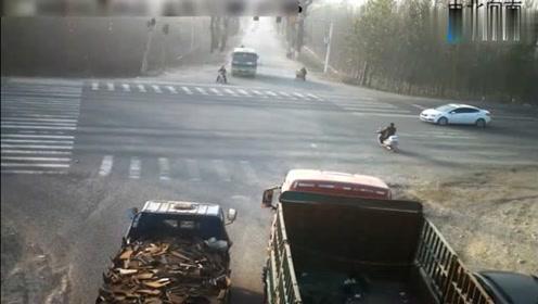 骑车男子车流中闯红灯,结果眼睁睁的看着自己被货车撞飞