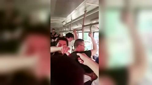 中国公交才会出现的一幕 重庆人早高峰递手机扫码