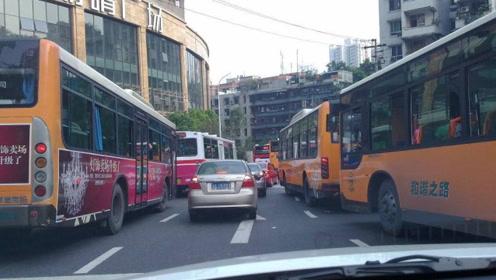 前面遇到公交车,私家车怎么驾驶才安全?老司机支招,下次试一下