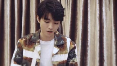 王俊凯弹唱夏天作为六千万粉丝福利,自弹自唱的样子真的好帅!