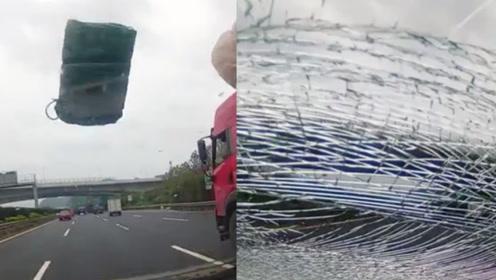 行车记录仪拍下惊险一幕:轿车行驶途中突遭天降飞物砸碎玻璃