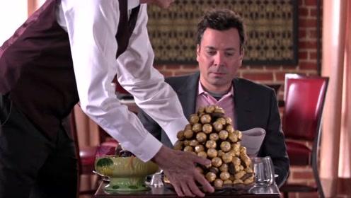 当布拉德·皮特和肥伦在餐厅互相给对方送菜,两位绅士搞笑比阔
