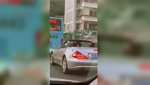 真能自嗨!人家只是回头看看有人偷拍她的车没有