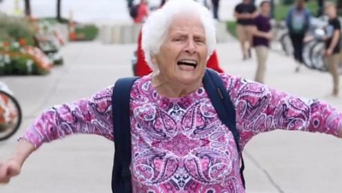 英国奶奶来中国探望孙子,看到这一幕后急了:中国人都这样