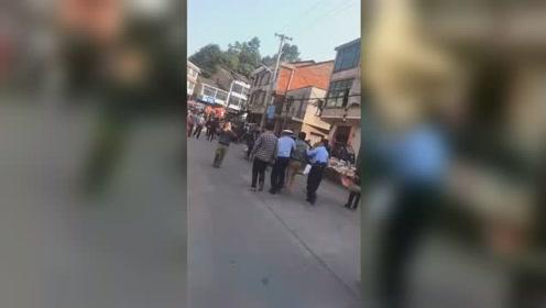 湖南湘潭一运砂车失控冲撞集市人群 肇事司机被警方控制