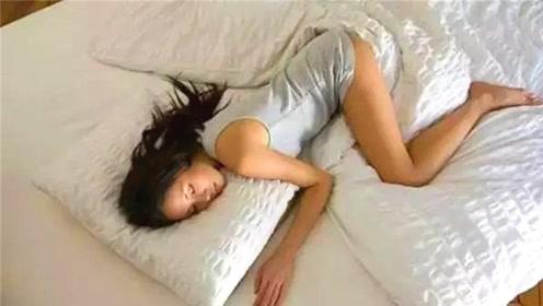 为何女性睡觉时,喜欢两腿分开?看完千万别害羞
