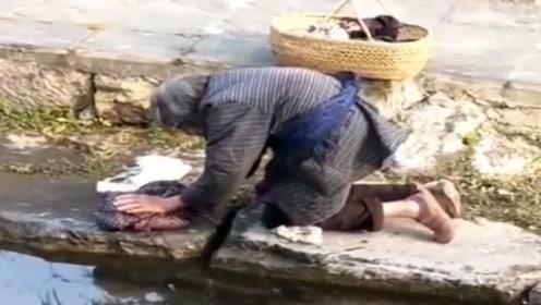 看着老奶奶洗衣服,心里很难受,每个人都会老的,请善待老人