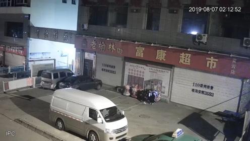 监控曝光:7名男子半年15次盗窃儿童摇摇车硬币,共得四千多元