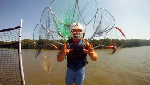 在国外不用钓鱼,身上背几个抄网,溜一圈后大鱼全有了!