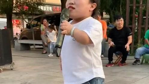 袖珍少女自幼喜爱唱歌,每天都要一展歌喉,你感觉怎么样