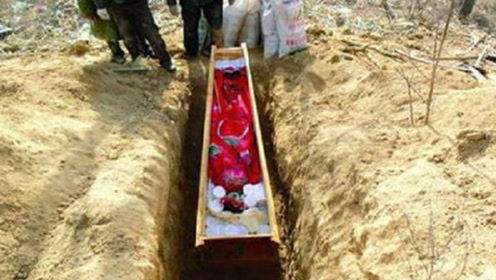 古墓挖出5岁小新娘,戴11枚金戒指枯坐棺中千年,专家都震惊了