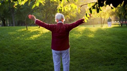 晨练在什么时间进行最好?医生:老年人在饭前晨练,当心低血糖