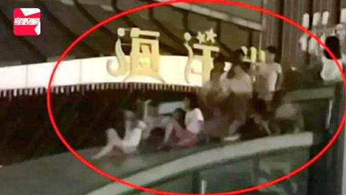 危险!一群熊孩子攀爬玻璃雨棚追逐玩耍,家长未阻止还拍照