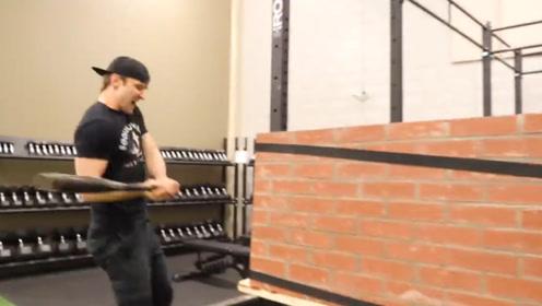 100块砖头砌成的墙,老外妄想用人力打破,墙:是不是玩不起?