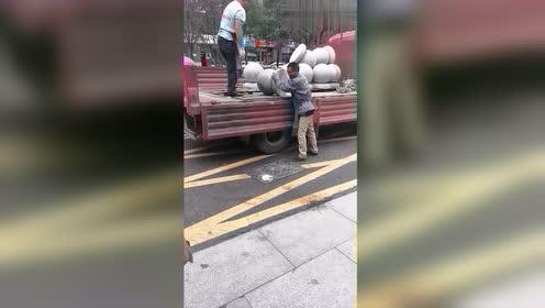 卸车的师傅真厉害,下面就垫个木板,也不怕摔烂了