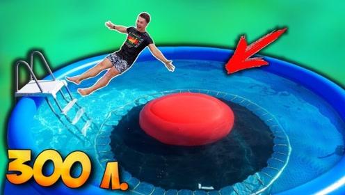 巨大气球装满水放在水下蹦床上,老外猛地一跳,气球会爆炸吗?