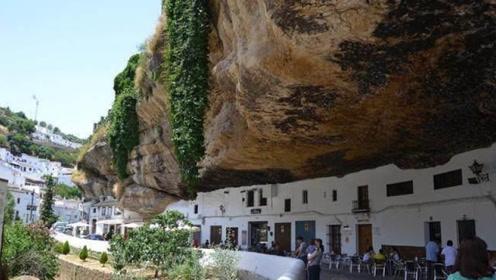 """被岩石""""压""""了600年的村子,每年吸引50万人!"""