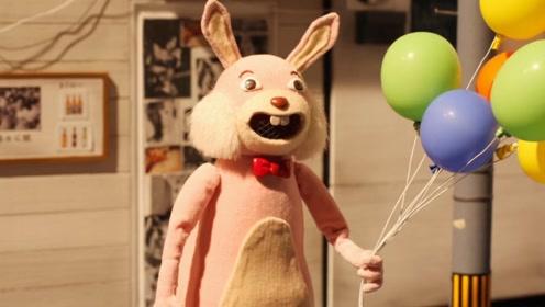 男子自从失业以后,终日待在玩具兔里,最后与其融为一体!