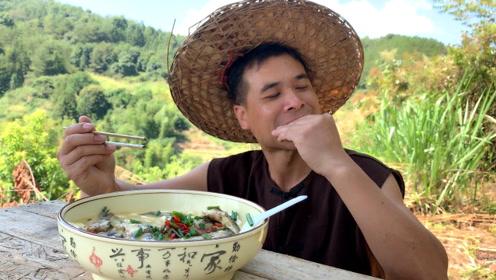 深山里煮鲫鱼汤,加了野菜原来味道这么好,一个人吃一大锅,过瘾