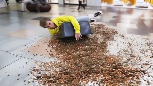 小伙抱起1000硬币摔倒在地面,路人会是啥反应?结果让人暖心