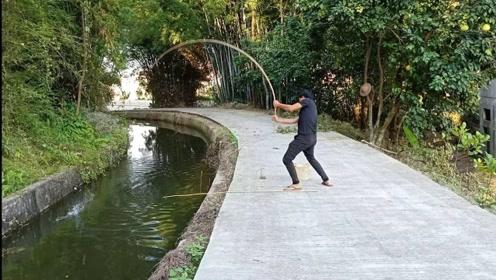 农村小伙拿竹竿去河里钓鱼,狂拉不停,鱼直接被拉飞上楼顶