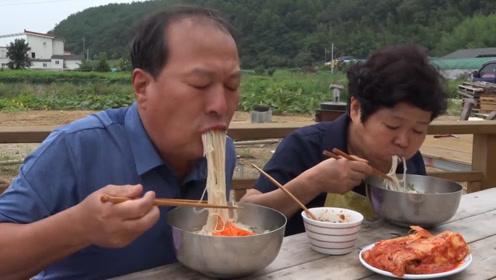 韩国农村小伙外出,老两口在家做美味牛肉面,吃着实在是香!