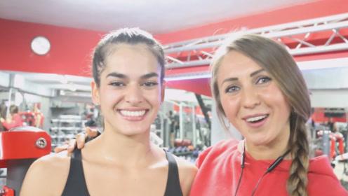 健身女神和粉丝一起锻炼,全程照顾女粉丝,有这样的偶像真好