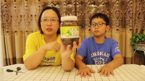 """轩妈想整蛊小轩吃""""泰国酸柠檬"""",没想到最后却做成了好喝的饮料"""