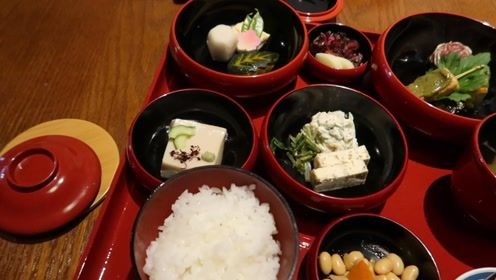 日本假期躺吃正确姿势 外卖小哥送怀石料理上门真的是技术活啊
