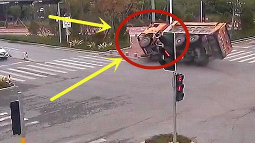 货车司机闯红灯,车辆突然失控,驾驶室被劈成两段!