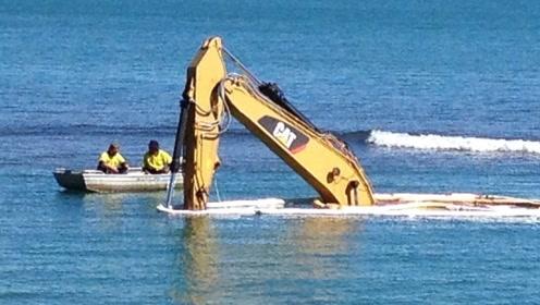专为水上发明的挖掘机,可长期在海里工作,司机年薪六位数!