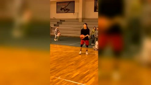 许凯大秀篮球技能,一言不合就飞扣,这操作堪比10个姚明!