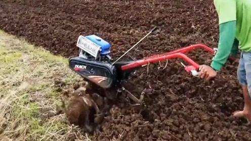 小伙自制创意松土机,金属把手自动收割,一天就能够松土6亩地