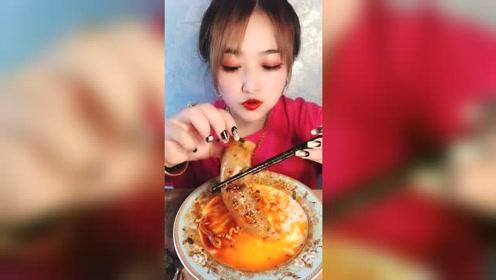 东北大姐吃火鸡面,再配一个蔬菜肠,这大口吃得太过瘾了啊!