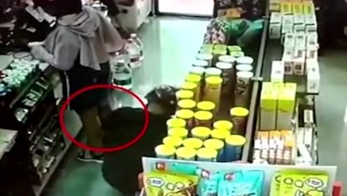短裙少女超市结账,猥琐男突然蹲下,打开了相机!
