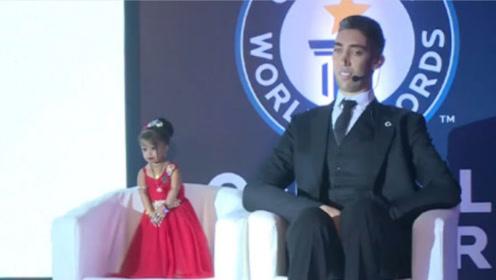 世界上最高的男子,和最矮女子结婚了,网友:这画面感太强了!