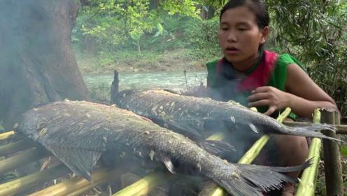 美女河边发现大鱼,赤手空拳捕大鱼,镜头记录全过程!