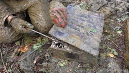 小伙在野外探寻奇宝,发现了一个生锈的铁盒,当他打开后不淡定了