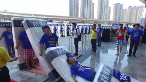 中国人打破人体多米诺骨牌世界纪录,2千多人接连倒下,场面壮观