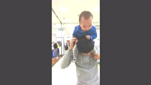 小宝宝骑爸爸头上扯头发,接下来爸爸吃痛反击,太逗了!