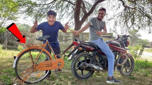 印度小伙突发奇想,将自行车焊在摩托车后面,网友:轮子都转飞了