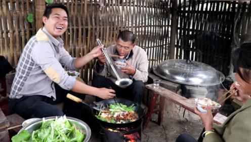 小农乡煮4斤大鱼,做法新颖,爸妈忙夸赞,拿出高度白酒,干2杯