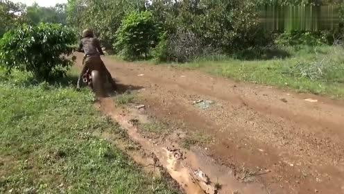 绿色摩托车骑在泥地里,我心疼那辆车