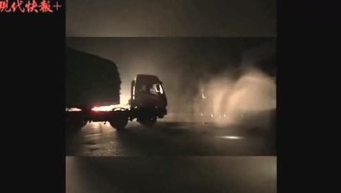 惊险!载32吨汽油的油罐车撞了,漏油了……