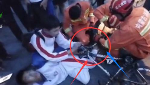 疼!一名男生左脚被卡自行车前轮 消防员接警到场救援