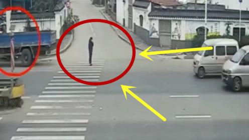 少妇路口专心玩手机,却差点丢了性命,监控拍惊险瞬间!